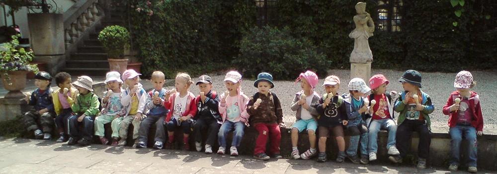 Děti na nádvoří se zmrzlinou